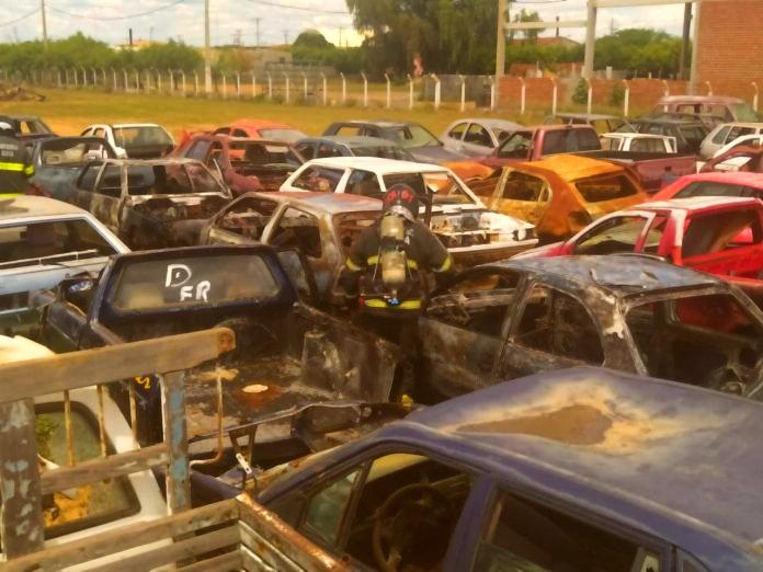 Juazeiro (BA): Corpo de Bombeiros é acionado para apagar incêndio em pátio de veículos