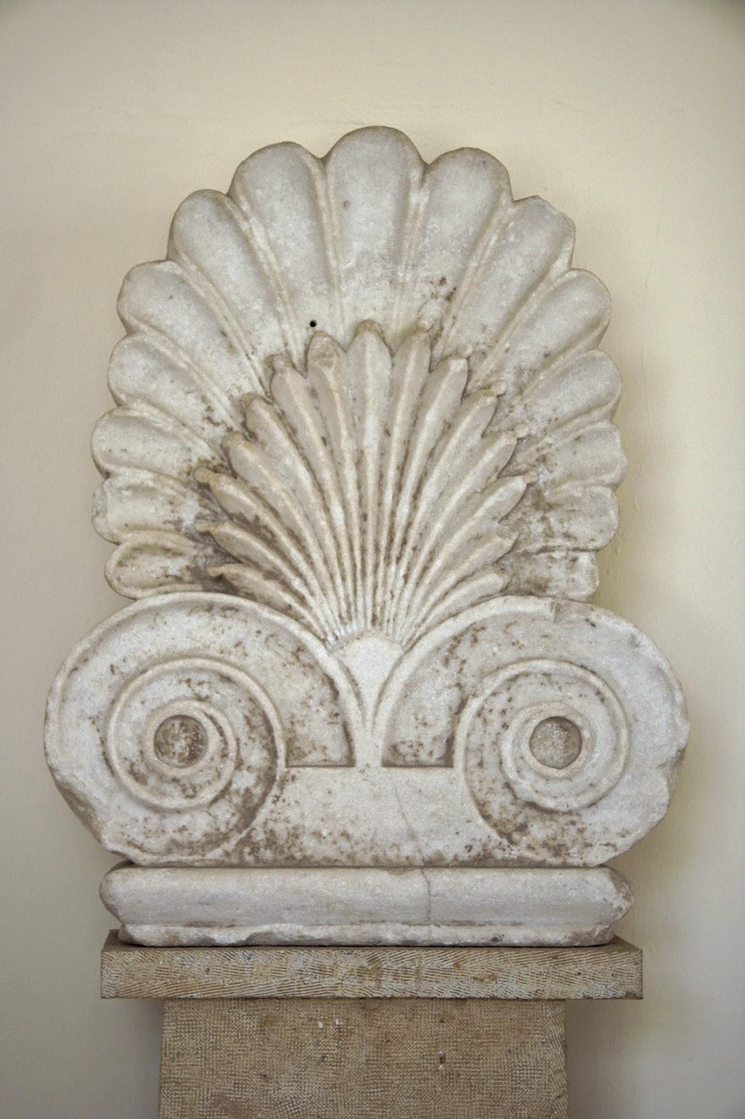 Palmeta, mramor, asi vrchol reliéfní stély, z antického městského hřbitova, kolem -480; Arch. museum, Paroikia, Paros, A 119.