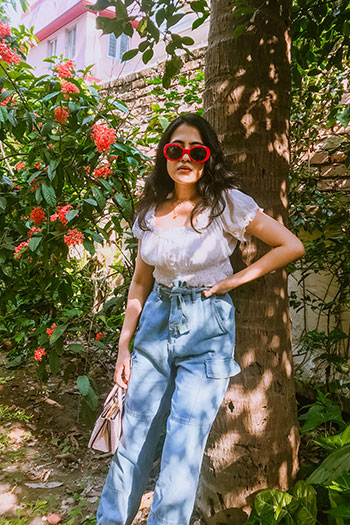 white blouse with slouchy denim and red sunglasses for casual summer look