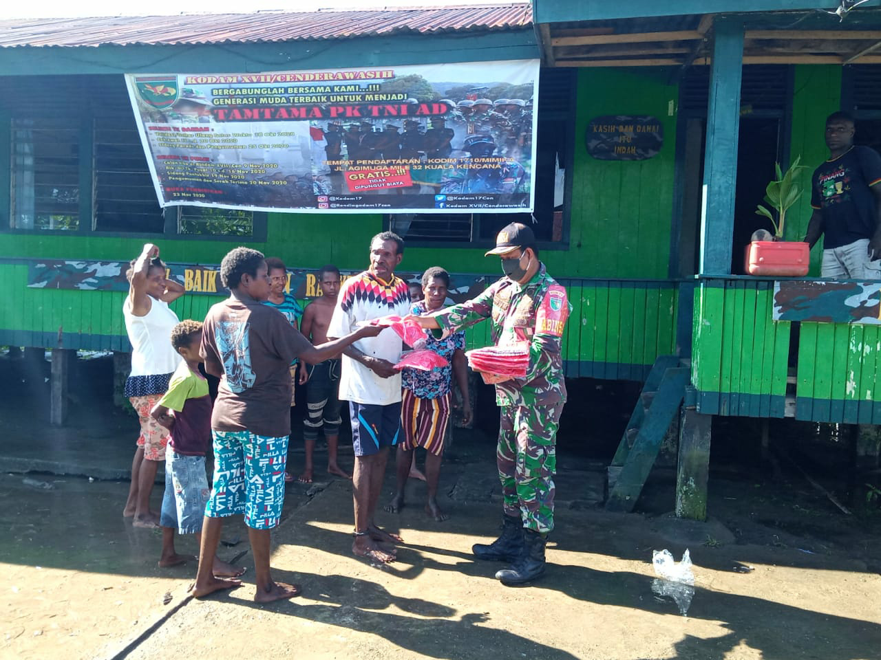 TNI Bagikan 500 baju dan 500 Buku Tulis Kepada Masyarakat Binaan di Dusun Mapuru Jaya Papua