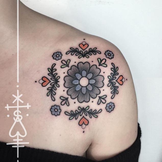 Este simétrico floral peça