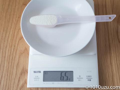 はいはいの50 mlスプーンにはいはいの粉ミルクをすりきり入れると6.5g