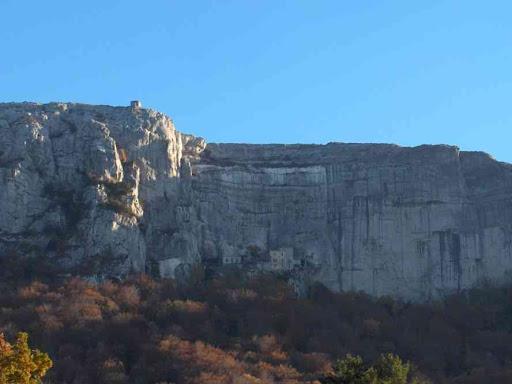 La falaise de la Sainte-Baume, le Saint-Pilon et la grotte de Marie-Madeleine vus depuis le secteur de l'hôtellerie de la Sainte-Baume