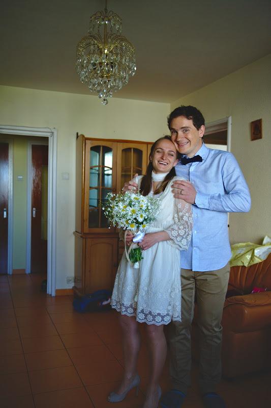 Pregatiti de nunta, dupa o dimineata petrecuta alcatuind buchete de flori din margarete.