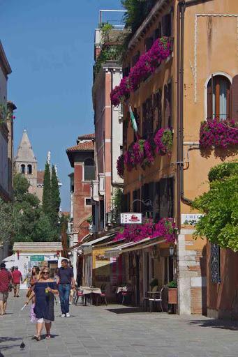 La rue Rio Terrà Foscanini, vue vers l'église de San Vidal située de l'autre côté du Grand Canal.