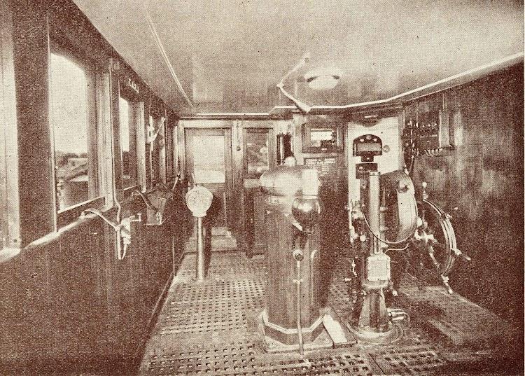3- Interior del puente de mando del CIUDAD DE ALCIRA. Del libro Unión Naval de Levante. 1924-1949.jpg