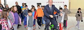 El primero en contestar, el alcalde de Casalarreina (La Rioja), prueba la flamante bici eléctrica. / Foto: Andoni Gascón
