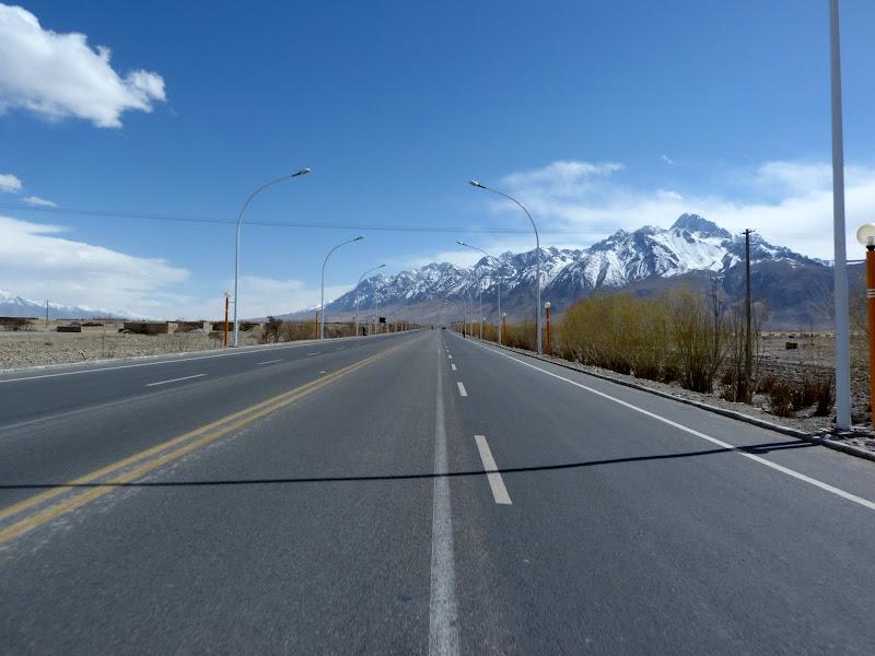 XINJIANG. Karakoram Highway, lune des plus haute route au monde, en passant a 4400 m - P1280574.JPG