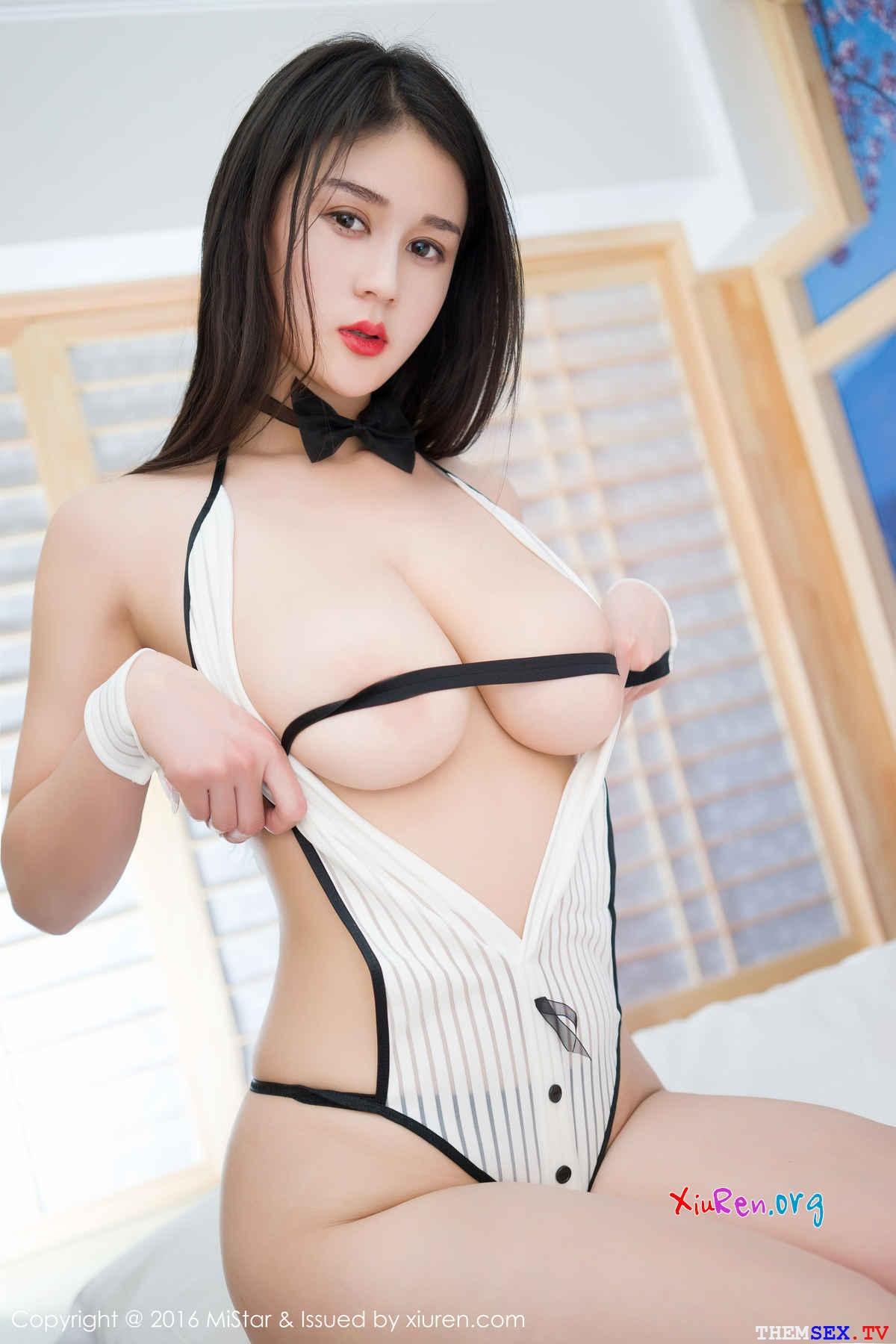 Ảnh gái xinh sexy bán nude khoe ngực trần gợi cảm