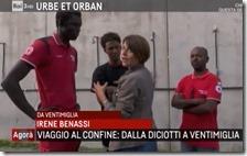 Irene Benassi copre il migrante che vuole rimanere anonimo