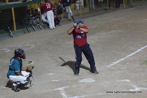 Sergio Solís de Nenes en el softbol nocturno
