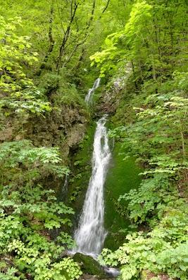 Wasserfall neben der Straße nach Bukovo