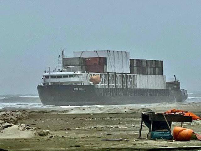 کراچی کے ساحل پر مال بردار جہاز آنپہچا