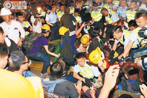 旺角警員與佔領者一度埋身肉搏,場面混亂。