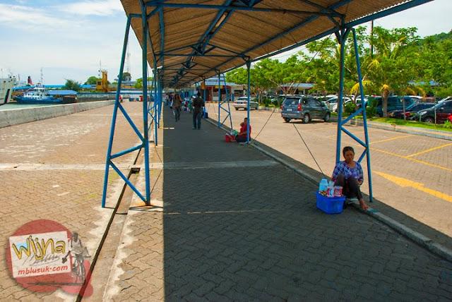 Pedagang asongan menggelar dagangan di Pelabuhan Merak, Banten