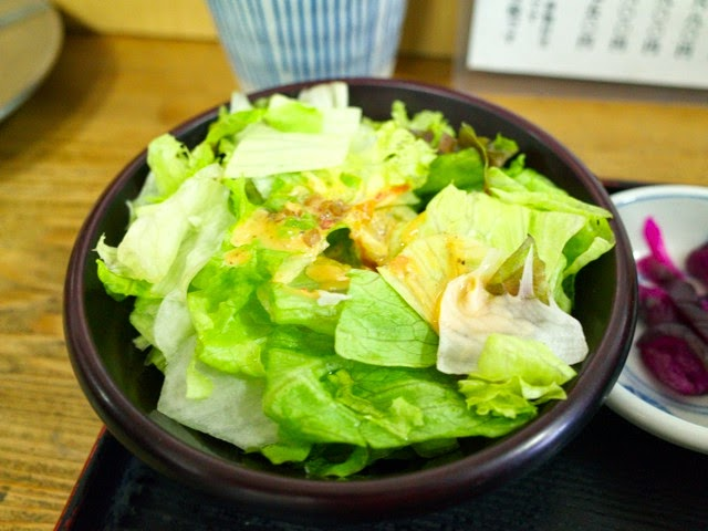 小皿のレタスサラダ