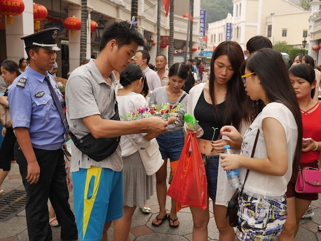 young women buying fake sprouts hairpins in Zhongshan, Guangdong