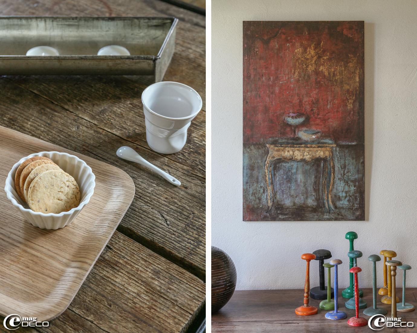 Plateau en bois 'Hema', gobelet froissé en porcelaine 'Revol', toile de l'artiste peintre Diane de Valou et collection de porte-chapeaux colorés