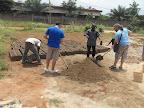 Volontari e operai costruiscono blocchetti per la realizzazione del centro