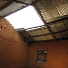 Il manque une partie du toit dans la 2ème classe, dégats causés par le cyclone de Janvier 2012