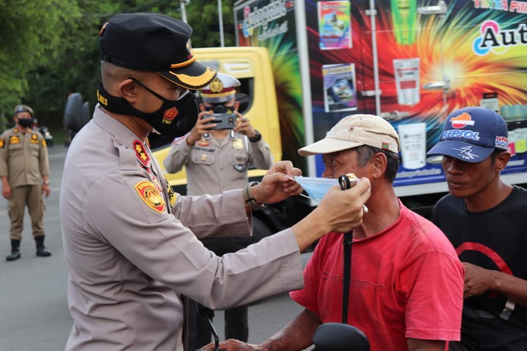 Kapolres Soppeng Pimpin Bagi-Bagi Masker Guna Cegah Claster Baru Penyebaran Covid19