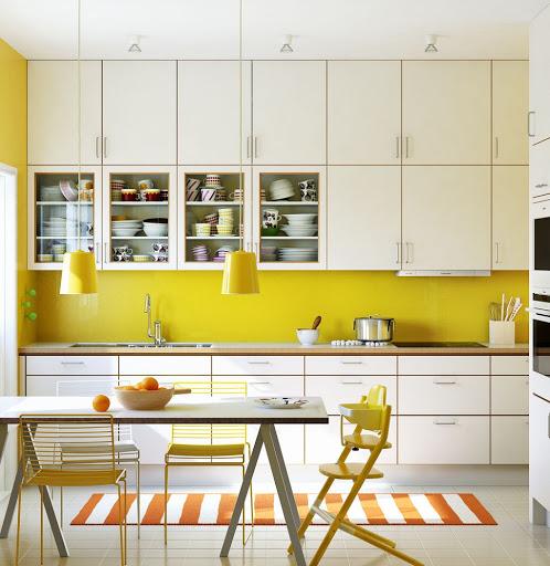 Phòng bếp thu hút ấn tượng bên sắc màu vàng tươi
