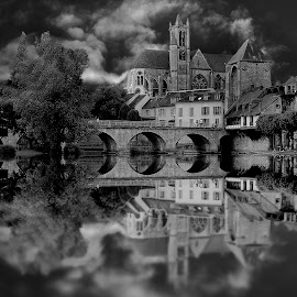 Le pont de la cathédrale by Gérard CHATENET - Black & White Buildings & Architecture