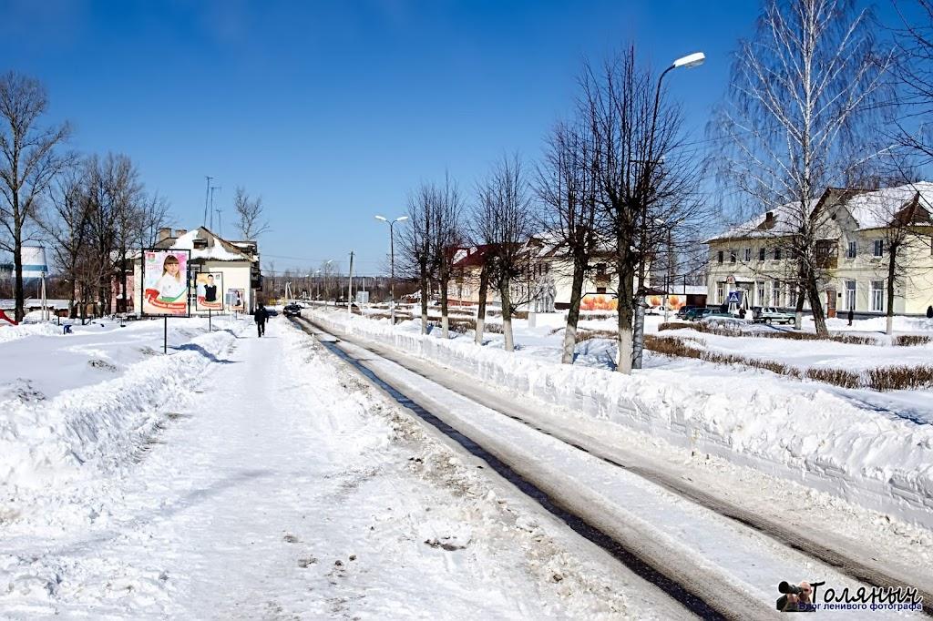 Улица Ленина. Кое-где на дороге виден асфальт.