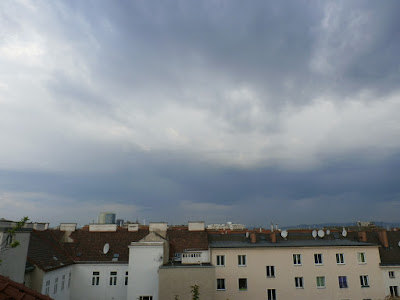 Dunkle Wolken zogen gegen ca 7 Uhr aus Richtung Westen auf