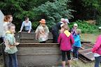 Kulíšci při stavění stanů.