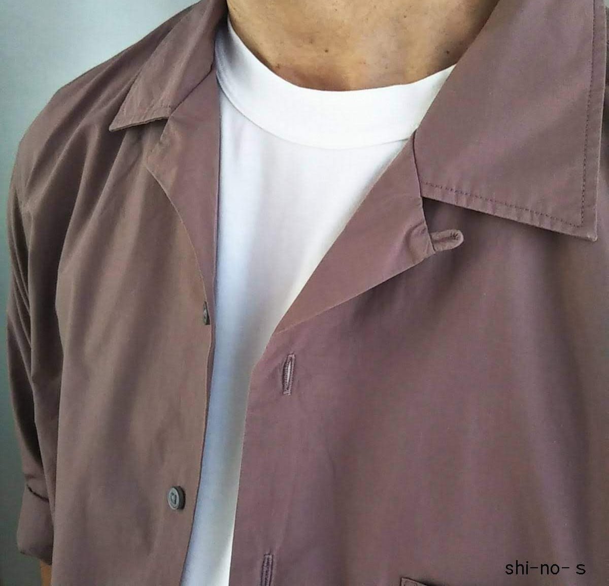 オープンカラーシャツの胸元をアップ