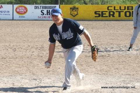 Fernando Carrera de Normal en el softbol del Club Sertoma