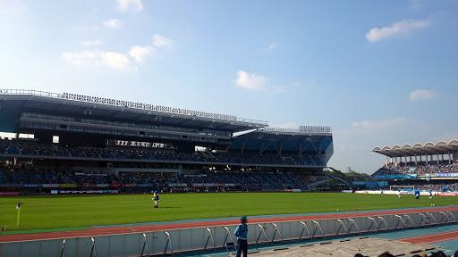 [写真]秋晴れで暑いくらいのスタジアム