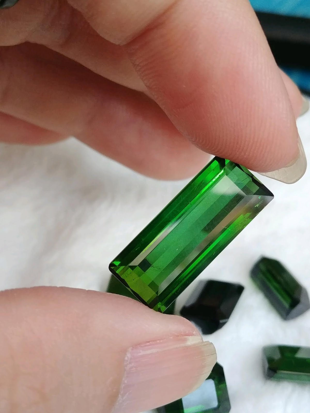 Đá Natural Tourmaline xanh Heineken sạch đẹp