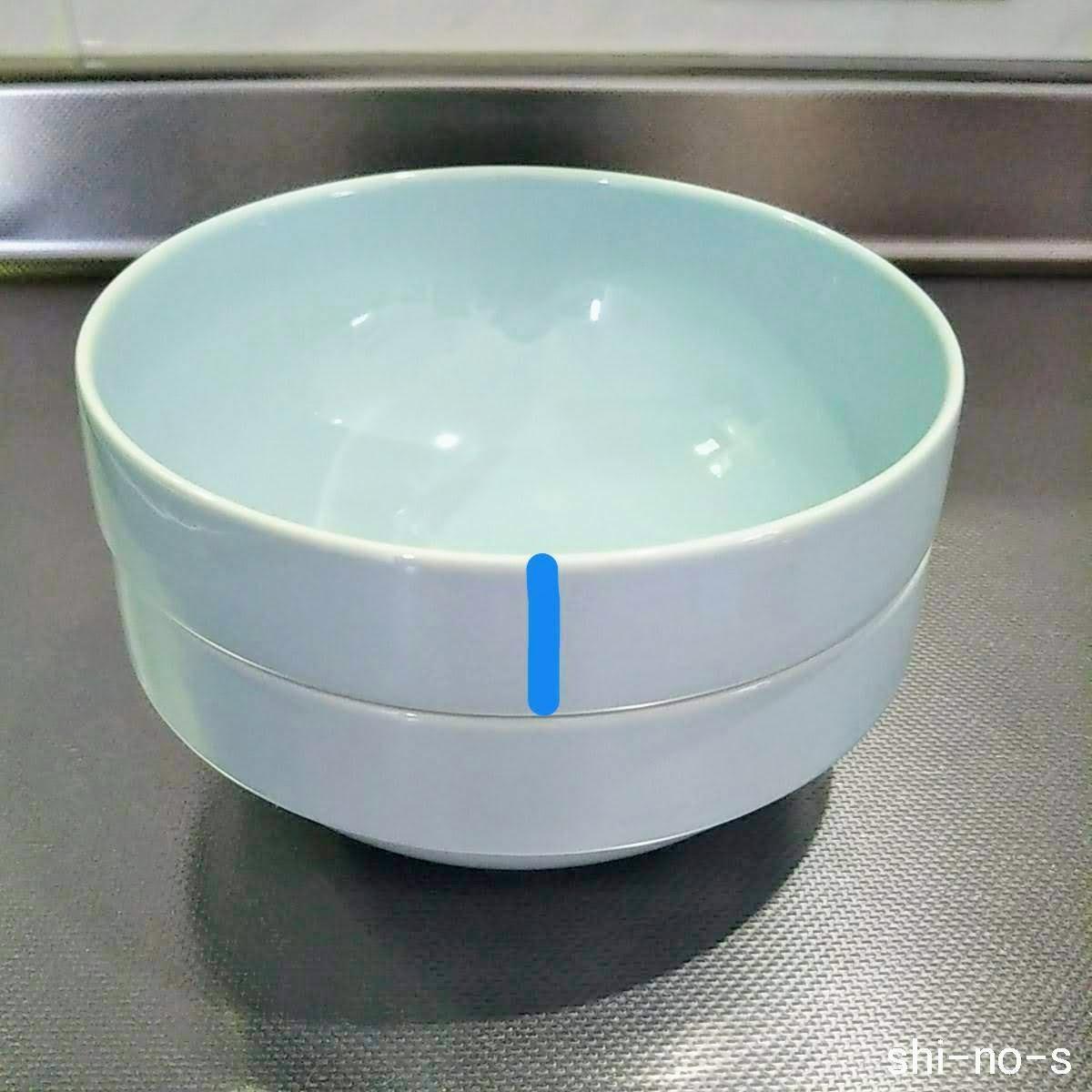 2つ重ねてた食器のはみ出した高さを測る