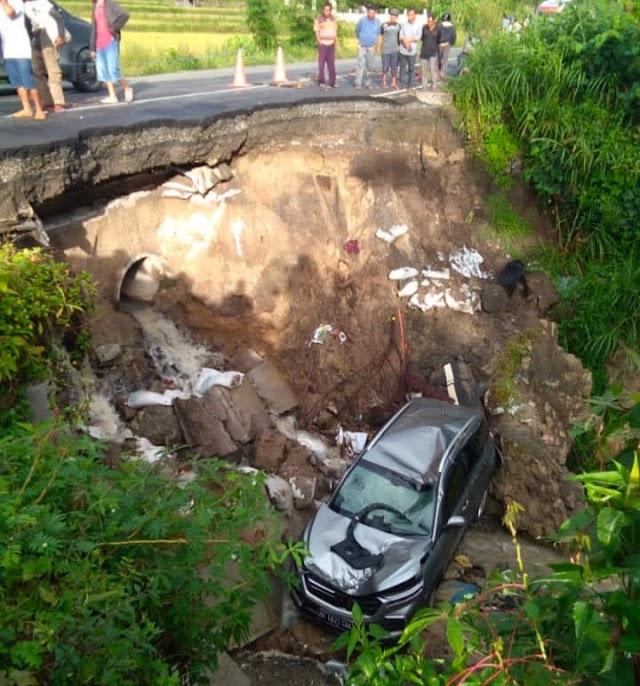 Longsor di Ruas Jalinsum Siantar- Raya tak Kunjung di Benahi,  Wuling Ringsek Nyemplung di Kedalaman  10 M