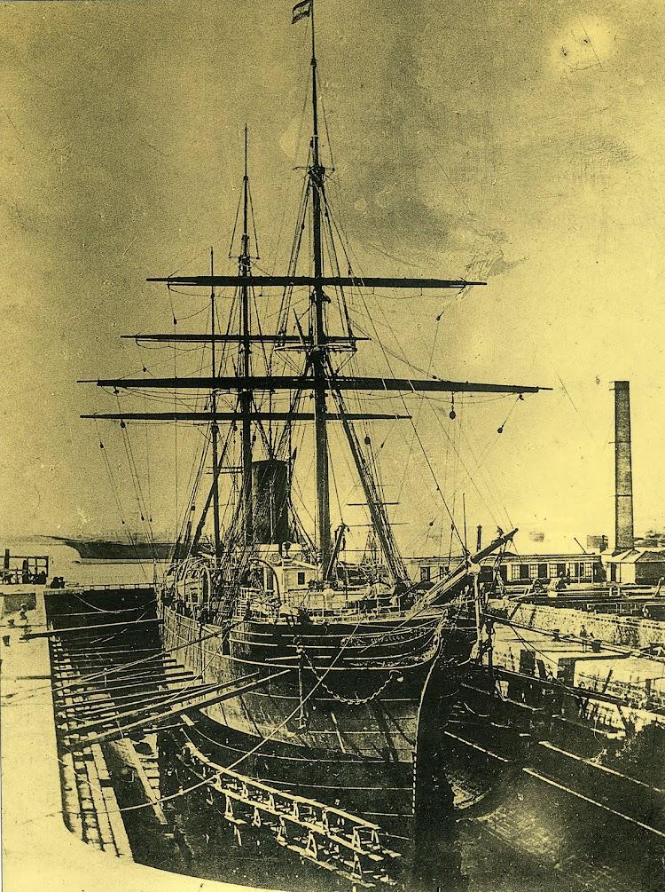 3 de julio de 1878. Entrada del vapor GUIPUZCOA al dique de carenas. Foto Audouard. Del libro La Imagen del Acero. 125 Años del Astillero de Puerto Real.jpg