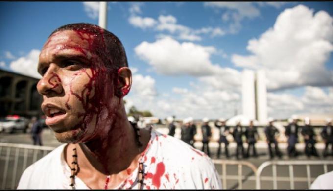 Dezenas de manifestantes são feridos em Brasília