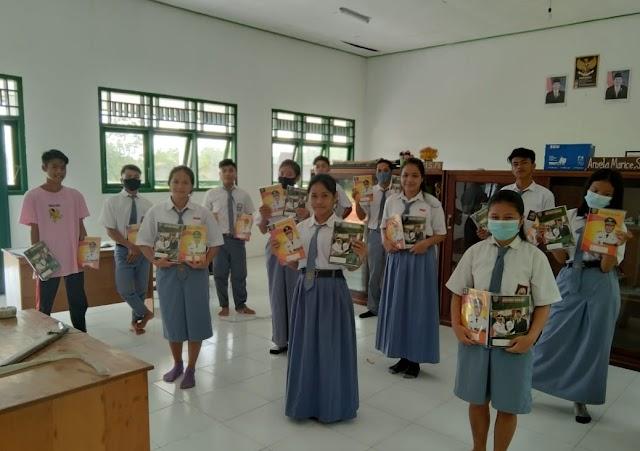 Disdik Kalteng Salurkan Buku Tulis ke SMKN 1 Batang Kawa