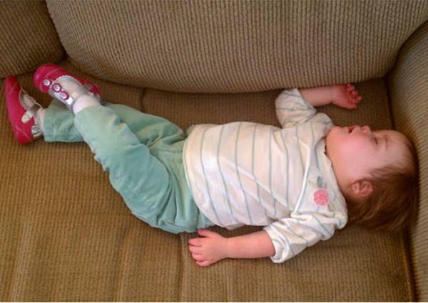 tidur kaki bersilang.jpg