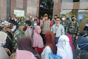 Tidak Patuhi Prokes, Personel Polres Lhokseumawe Bubarkan Kerumunan di Bank Aceh