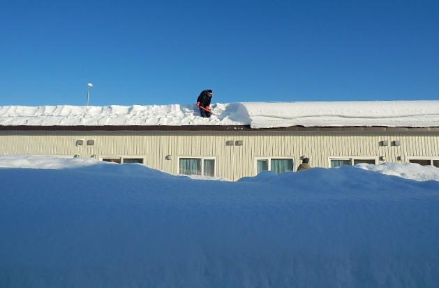 みどり団地の雪庇落とし