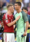 Dzsudzsák Balázs (b) és portugál Cristiano Ronaldo a franciaországi labdarúgó Európa-bajnokság Magyarország - Portugália mérkőzés végén, Lyoni, 2016. június 22-én. (MTI Fotó: Illyés Tibor)