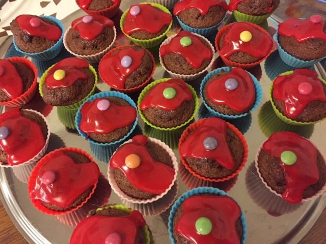 Muffins mit rotem Schokoladenguss