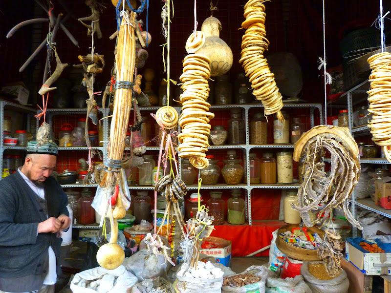 XINJIANG. Urumqi, Grand Bazar, 8 avril - P1270271.JPG