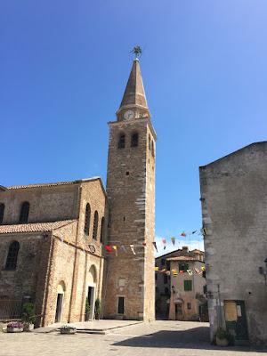 Åpen plass foran en gammel kirke.