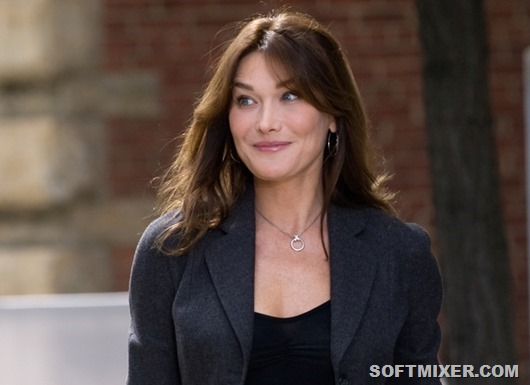 Carla Bruni, wife of French President Nicolas Sarkozy, arrives for a tour hosted by US First Lady Michelle Obama of the Andy Warhol Museum in Pittsburgh, Pennsylvania, on September 25, 2009 on the sidelines of the G20 summit. AFP PHOTO/Saul LOEB