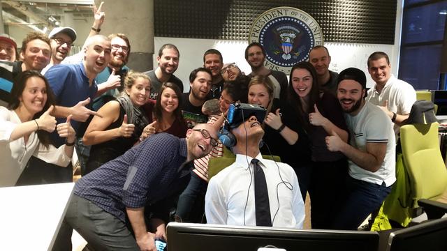 Nhân tiện lúc Tổng thống đang chơi game chúng ta wefie cái đi.