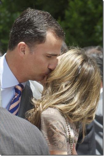 besos etre felipe y letizia (3)