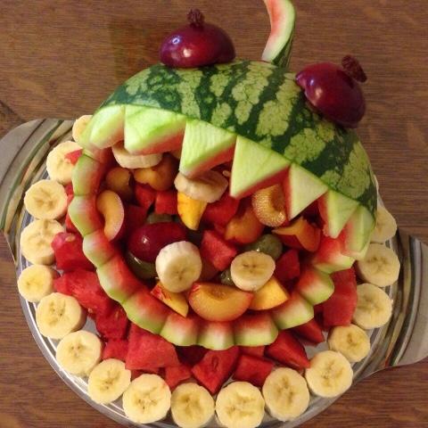 Mit Obst gefüllter Hai aus Melone